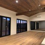 オープンウィンフォールディングサッシで開放的な空間 無垢板 天井 新築 一宮町 東浪見