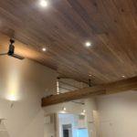 床材と同じ無垢フローリングを天井に採用