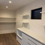 キッチン収納と造作棚