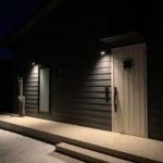 シンプルな玄関と勝手口