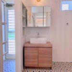 テラスドアのある洗面スペースで外部からお風呂へ直行