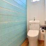 ダメージ加工の羽目板が印象的なトイレ